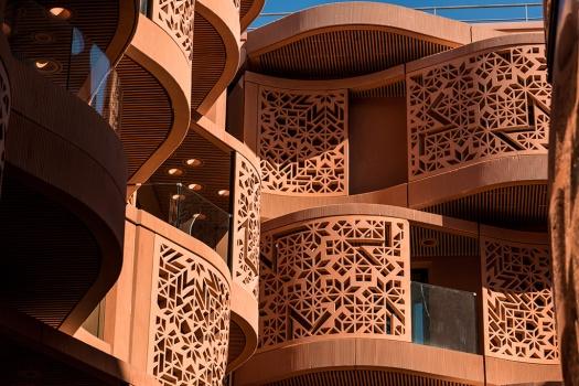 ABU DHABI, EMIRATS ARABES UNIS - 20 JANVIER 2016: Les bâtiments résidentiels de Masdar City sont reconnaissables par leur couleur terre cuite et leur design ondulé qui rappelle l'architecture arabe traditionnelle et qui permet un contrôle de la température.