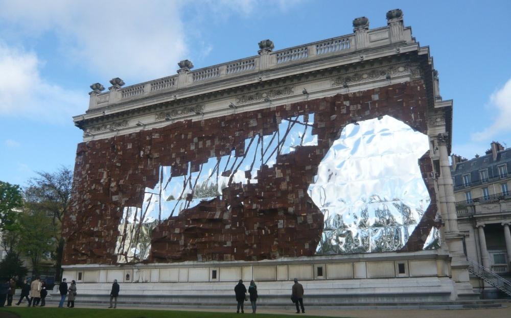 El Anatsui, Broken Bridge, sculpture in situ miroirs et tôles rouillées, façade